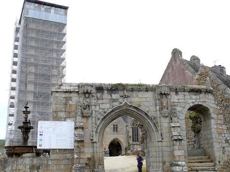 Saint-Jean-du-Doigt - Eglise Saint-Jean-Baptiste - Entrée de l'enclos - Restauration du clocher