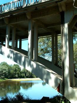 Articulation de l'arc en rive et poteaux supportant le tablier