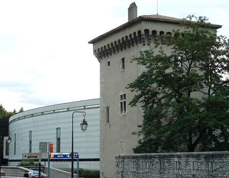 Musée de Grenoble avec la tour de l'Isle et un mur de la Citadelle