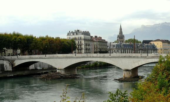 Grenoble - Pont de la Citadelle. En arrière plan, le clocher de la collégiale Saint-André et l'ancien palais du parlement du Dauphiné