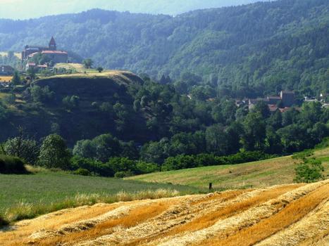 Chanteuges - Prieuré - Vue de l'ensemble du site avec le prieuré au-dessus du village