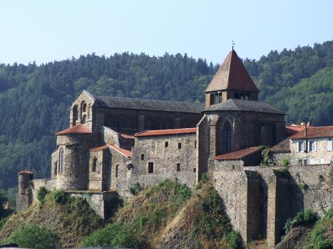 Chanteuges - Prieuré - Vue d'ensemble du chevet de l'église Saint-Marcellin à gauche et de la chapelle Sainte-Anne à droite
