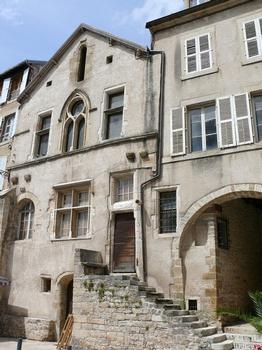 Vesoul - Hôtel Baressols. A côté, le passage des Annonciades constitué d'une série de de voûtes et d'escaliers formant ce qui est appelé localement des trages