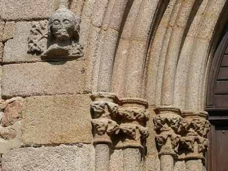Eglise de Mortemart (ancienne chapelle du couvent des Augustins) - Détail du portail