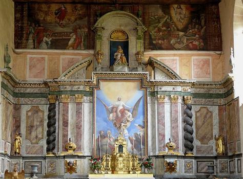 Eglise de Mortemart (ancienne chapelle du couvent des Augustins) - Maître autel daté de 1651. Le tableau central représente l'Assomption de la Vierge. Les peintures sur bois placées au-dessus de l'autel représentent à gauche, l'ouverture du tombeau de la Vierge que les apôtres trouvent rempli de roses, à droite, la résurrection du Seigneur