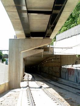 Montpellier - Viaduc Alphonse Loubat - Les premières piles avec consoles et les voies du tramway