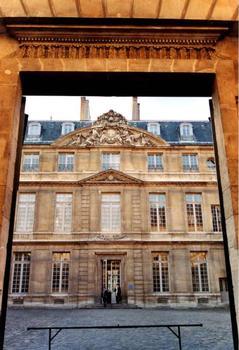 Hôtel Salé, Paris.Façade sur cour vue du portail