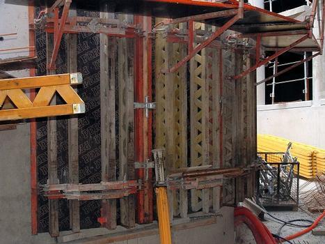 Rennes - Parc relais J. F. Kennedy - Réalisation de la structure: rampe interne de sortie du parking: outil-coffrant du voile