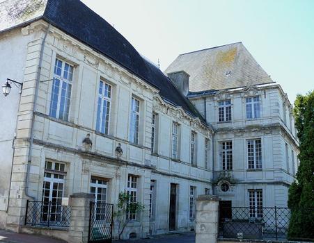 Preuilly-sur-Claise - Hôtel de La Rallière - Façade côté abbatiale - On constate que le château n'a pas été terminé. Le projet initial prévoyait un château quatre fois plus grand avant l'arrestation de Samuel Gaudon en 1649