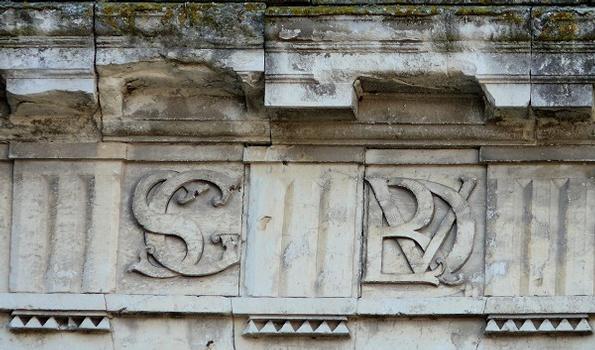 Preuilly-sur-Claise - Hôtel de La Rallière - Le monogramme du maître d'ouvrage: SG = Samuel Gaudon, VDLR = Vicomte? de La Rallière