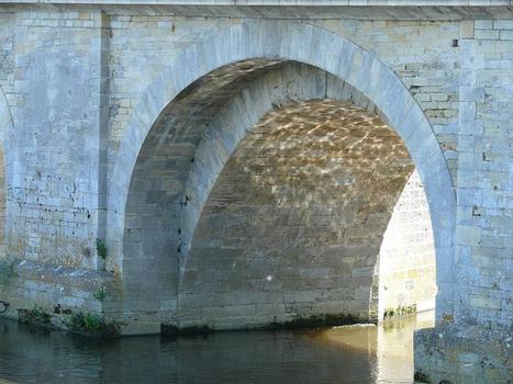 Descartes - Pont Henri IV côté aval - On remarque l'élargissement des arches côté aval - Détail