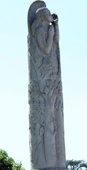 Descartes - Pont Henri IV côté aval - Monument aux morts des combats de la libération de Descartes