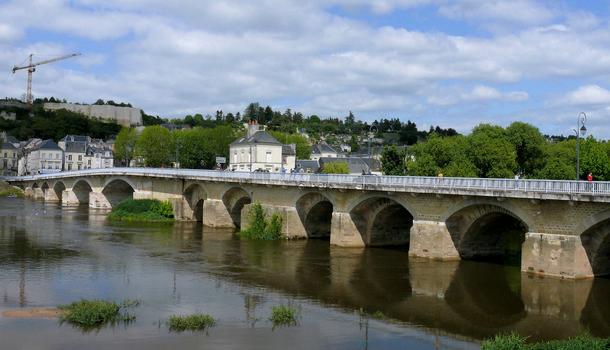 Pont de Chinon vu de l'aval