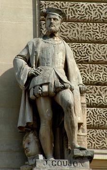Statue von Jean Goujon, Teil der Fassade des Louvre