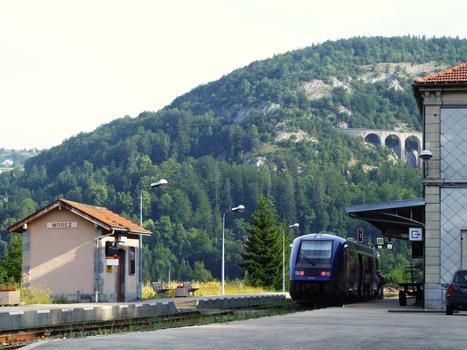 Gare de Morez - Le train en attente avec le viaduc des Crottes en arrière plan