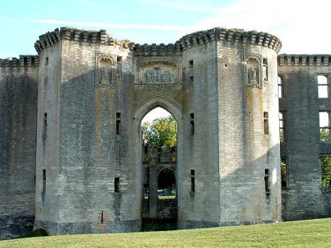 Château de La Ferté-Milon : Porte d'entrée du château et tours avec éperon