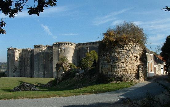 Château de La Ferté-Milon : Une entrée de la ville et la façade du château