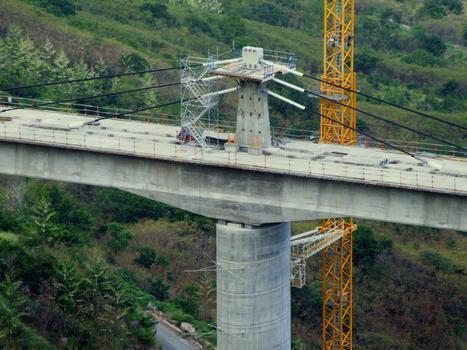 Viaduc de la ravine des Trois-Bassins - Un des fléaux avec la précontrainte extradossée