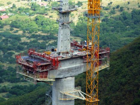 Viaduc de la ravine des Trois-Bassins - Construction en encorbellement du noyau central du tablier à l'aide des équipages par en-dessous