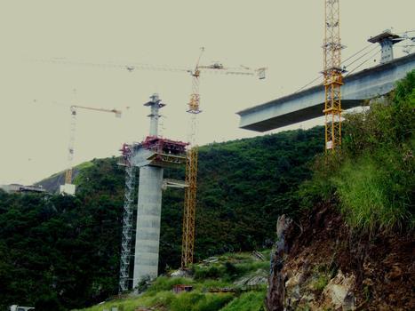 Viaduc de la ravine des Trois-Bassins - Equipages mobiles servant à poser les bracons métalliques et à bétonner la seconde phase du hourdis supérieur