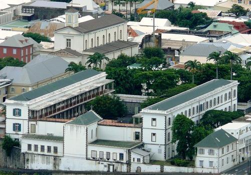 Saint-Denis - Secrétariat général de la Préfecture, cathédrale Saint-Denis, ancien collège Saint-Cyprien vus de la route de la Montagne