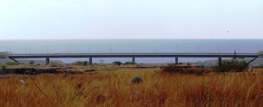 Troisième pont sur la rivière des Ponts entre Le Port et Cambaie (Saint-Paul) - Ensemble vu de l'amont