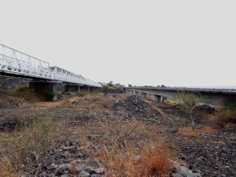 RN1 - Les ponts de la rivière des Galets (à gauche le premier pont métallique, à droite le doublement en caisson en béton précontraint)