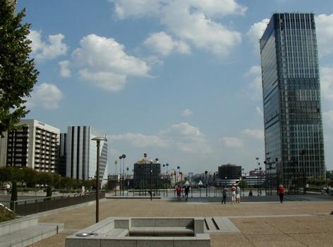 Paris-La Défense Tour Aventis. Mit Sicht Richtung Paris