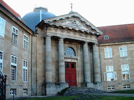 Langres - Hôpital de la Charité - Entrée de la chapelle et les ailes