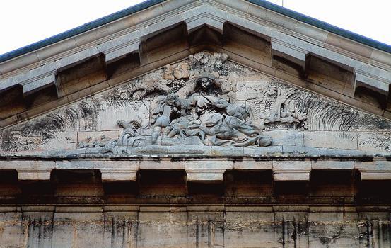 Langres - Hôpital de la Charité - Chapelle - Fronton sculpté par Antoine Besançon en 1779