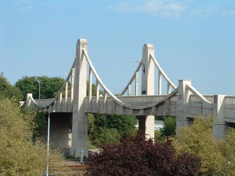 Concrete suspension bridge in Laon