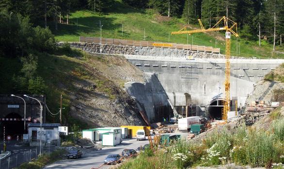 Nouveau tunnel routier du Lioran à côté de l'ancien tunnel