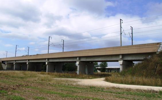TGV-Viadukt bei Serris über die A 4