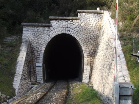 Peillon - En montant vers Peillon, la route croise la voie de chemin de fer. A gauche le tunnel de Launa (309 m)