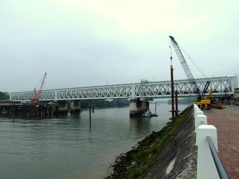 Nouveau pont ferroviaire d'Oissel : Réalisation de l'estacade permettant de réaliser les appuis en Seine. A côté, le pont ferroviaire actuel