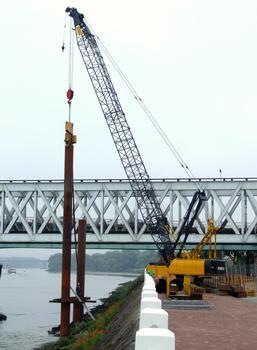 Nouveau pont ferroviaire d'Oissel - Réalisation de l'estacade permettant de réaliser les appuis en Seine. Vibrofonçage des pieux tubulaires métalliques