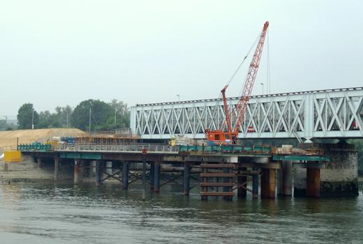 Nouveau pont ferroviaire d'Oissel - Réalisation des pieux d'une pile à partir de l'estacade rive droite