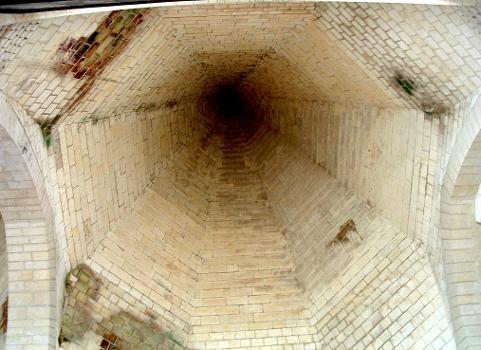 Loches - Eglise Saint-Ours - Un des dubes de couverture de la nef - Vue intérieure