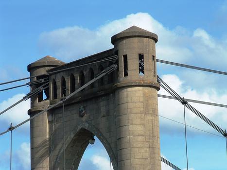 Pont de Langeais - Un pylône - Passage des câbles en tête de pylône
