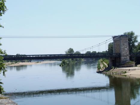 Pont suspendu de Châtillon-sur-Loire - Pylône servant d'appui à l'épi submersible de Châtillon servant d'appui en rive gauche du chenal. Un accès permet aux personnes et aux animaux servant pendant le halage des péniches d'accéder à l'autre rive par le pont
