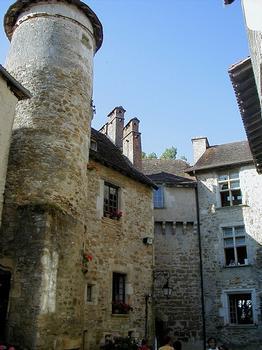Eglise Saint-Pierre et Cloître de Carennac - Cour à l'entrée du prieuré