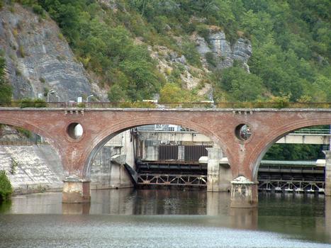 Luzech - Barrage sur le Lot - L'ancien pont ferroviaire et le barrage vus de l'aval