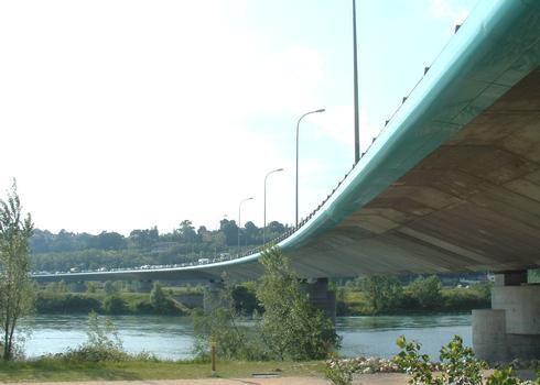 Boulevard périphérique nord de Lyon - Viaduc sur le Rhône vu depuis le parc naturel urbain de la Feyssine à Villeurbanne
