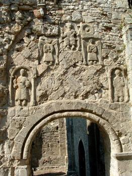 Eléments carolingiens réutilisés dans le tympan du portail Sud