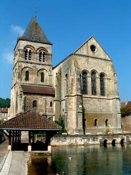 Chevet de l'église avec le bassin alimenté par la source située sous l'église