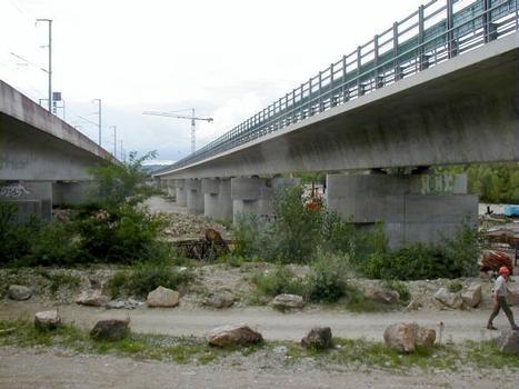 Viaducs de Miribel-Jonage  à gauche le viaduc de la LGV et à droite le viaduc de l'A432