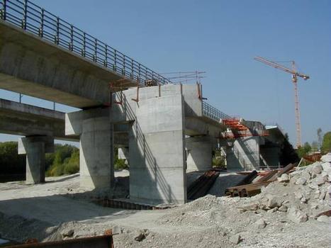 Viaducs de Miribel-Jonage : Piles des trois viaducs parallèles - A432 et LGV