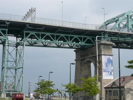 Montréal - Pont Jacques-Cartier - Travées du viaduc d'accès en rive gauche (île de Montréal): le hourdis a été refait en 2001-2002 sans interruption de la circulation en journée par le groupement SNC-Lavalin / Construction demathieu & bard / Montacier