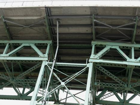 Montréal - Pont Jacques-Cartier - Travées du viaduc d'accès en rive gauche (île de Montréal): le hourdis a été refait en 2001-2002 sans interruption de la circulation en journée par le groupement SNC-Lavalin / Construction demathieu & bard / Montacier. A gauche la solution en avec dalles nervurées préfabriquées en béton précontraint et à droite, solution avec des hourdis en béton armé précontraint portés par des poutres métalliques