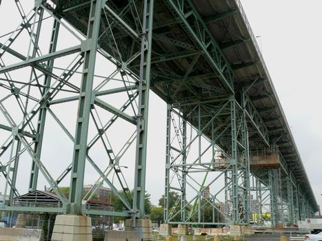 Montréal - Pont Jacques-Cartier - Travées du viaduc d'accès en rive gauche (île de Montréal): le hourdis a été refait en 2001-2002 sans interruption de la circulation en journée par le groupement SNC-Lavalin / Construction demathieu & bard / Montacier